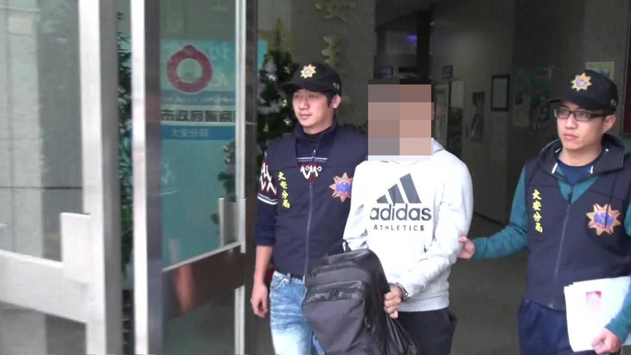 許淳凱毫無悔意,被攔查嗆聲:「我殺警察怎麼樣!」。記者廖炳棋/翻攝