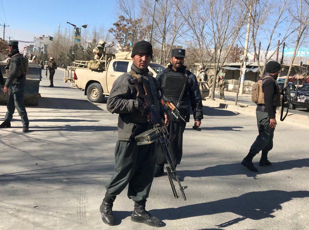 阿富汗警方在自殺炸彈攻擊現場戒備。路透