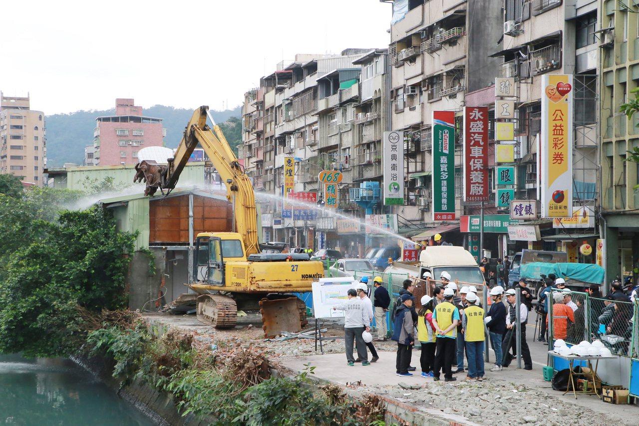 東明路拆遷戶今天下午開拆。記者游明煌/翻攝