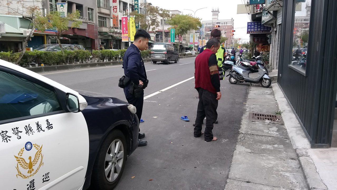 黃姓男子疑吸膠後行為不檢,員警到場制止。 記者卜敏正/攝影
