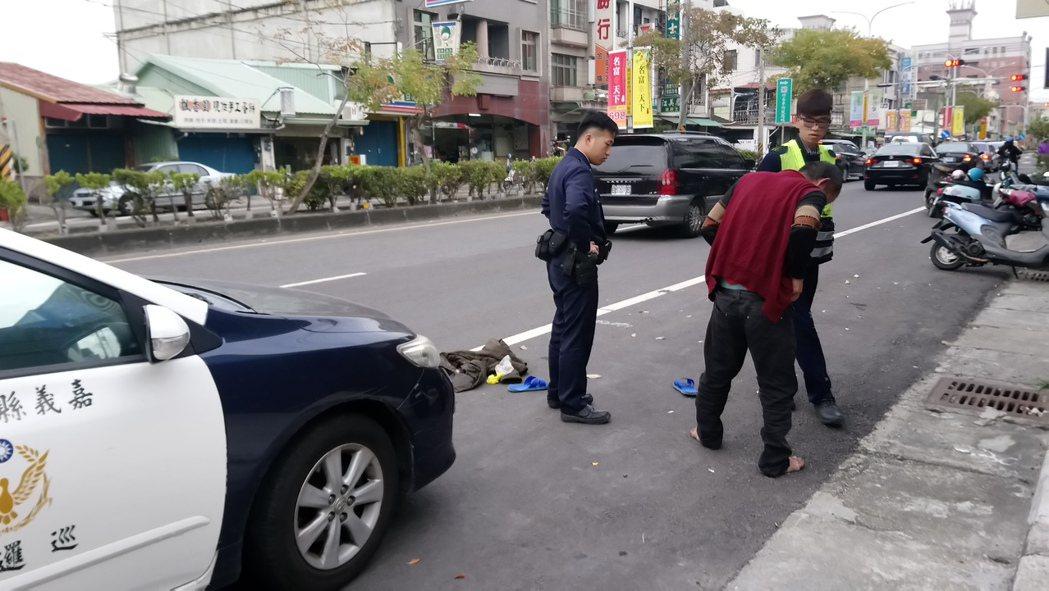 黃姓男子疑吸膠後行為不檢,員警到場制止。記者卜敏正/攝影