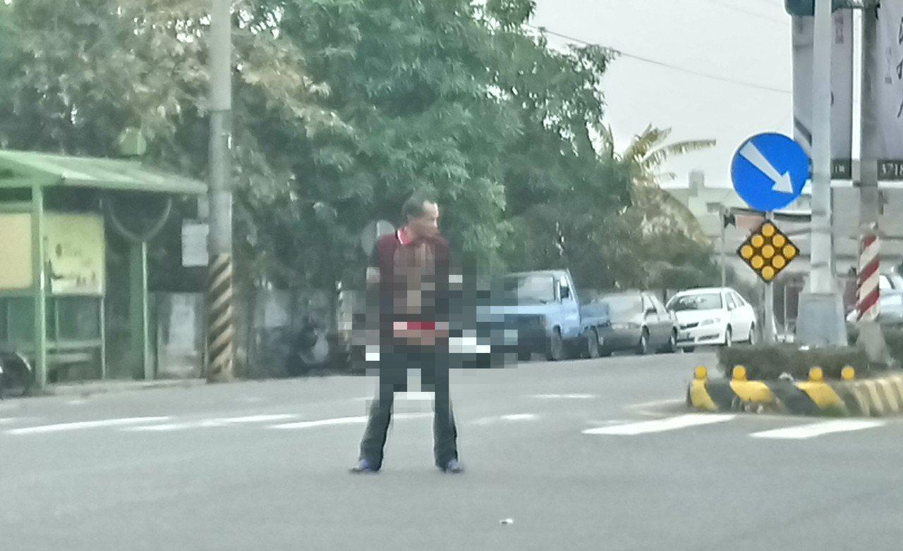 黃姓男子在十字路中間掏鳥小便。記者卜敏正/攝影