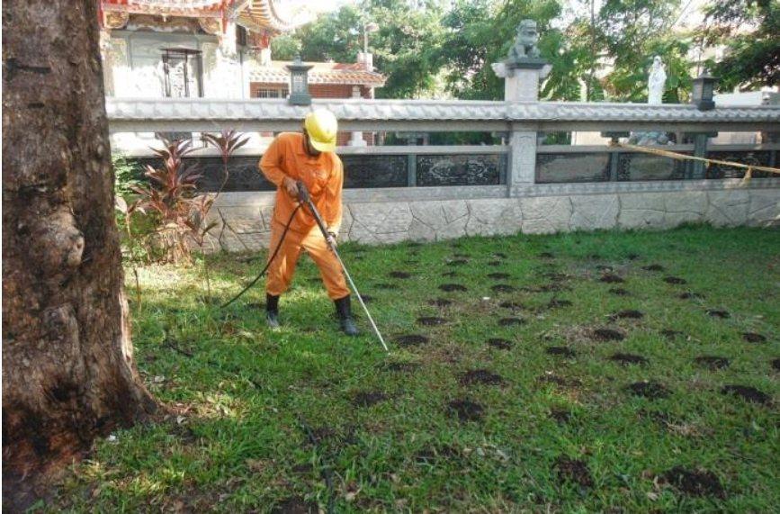 高雄市養工處保護珍貴老樹,採新工法鬆土及放置有機肥料,確保老樹根系正常攝取養分。...