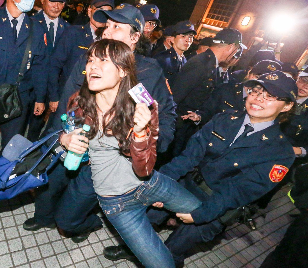 警方以拖行方式驅離抗議民眾。本報資料照片 記者鄭清元/攝影