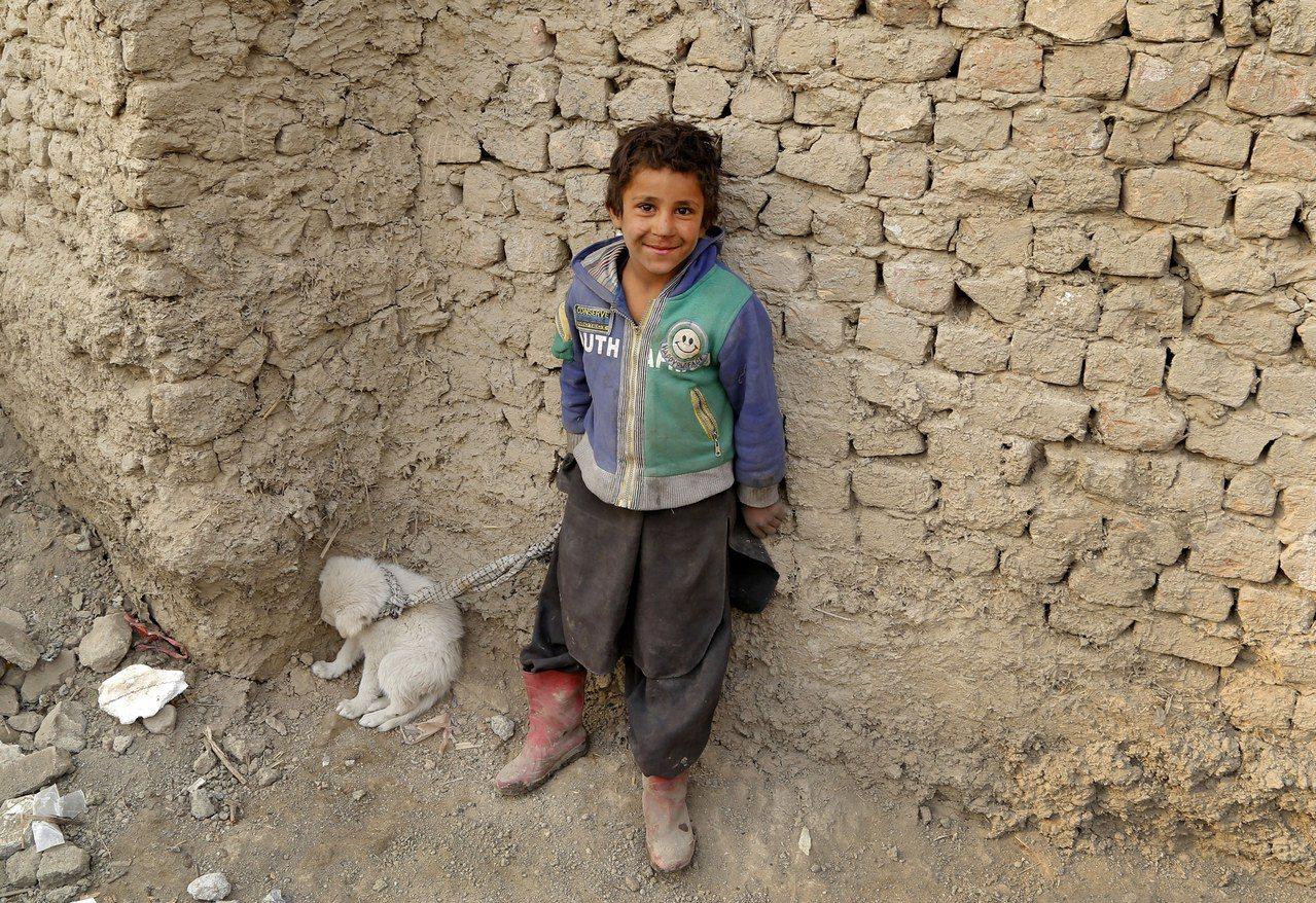 阿富汗路邊的男童。歐新社