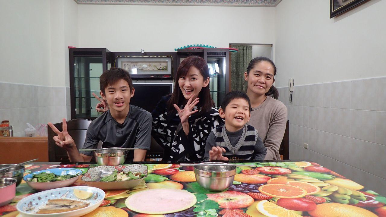 陳珮騏(左)上公視「誰來晚餐」。圖/公視提供