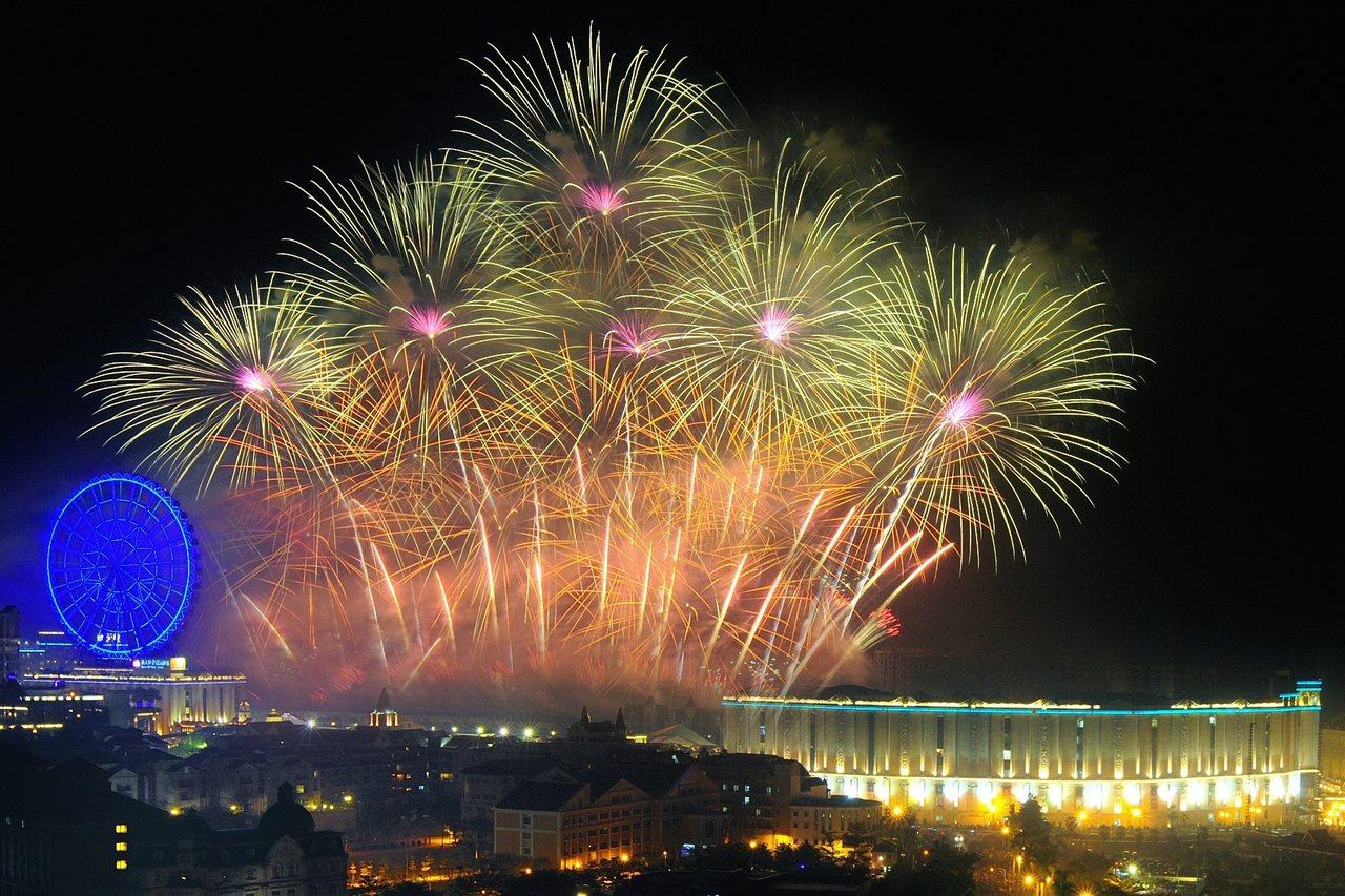 義大世界今年首創跨年雙煙火秀。圖/義大世界提供