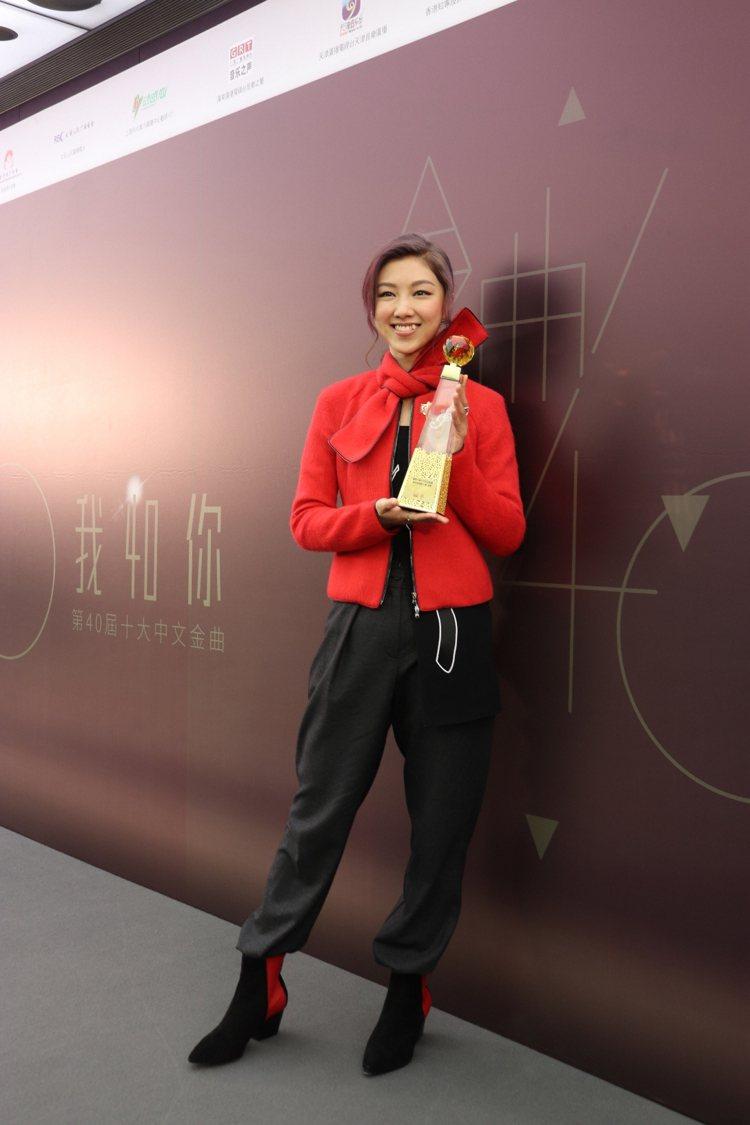 香港女歌手顏卓靈身穿紅色Emporio Armani套裝,出席香港十大金曲頒獎典...