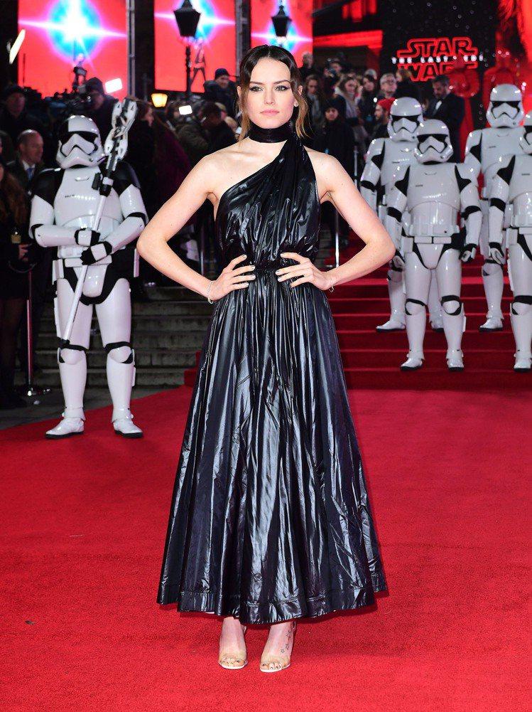 在電影「Star Wars:最後的絕地武士」首映會,女星Daisy Ridley...