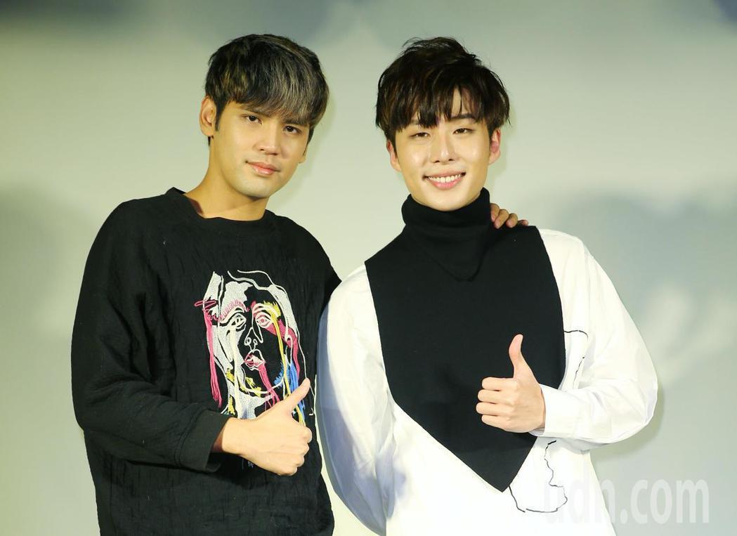 李建軒(右)新專輯發表會,好友陳零九(左)到場祝賀。記者陳正興/攝影