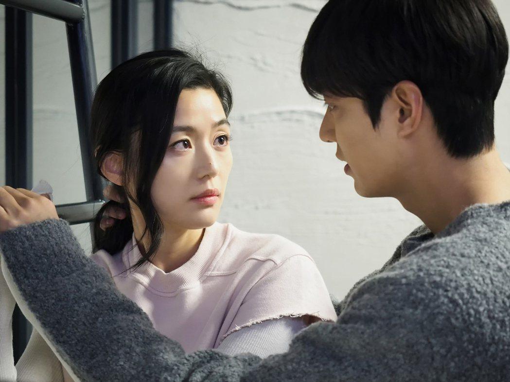 全智賢、李敏鎬演出「藍色海洋的傳說」。圖/台視提供