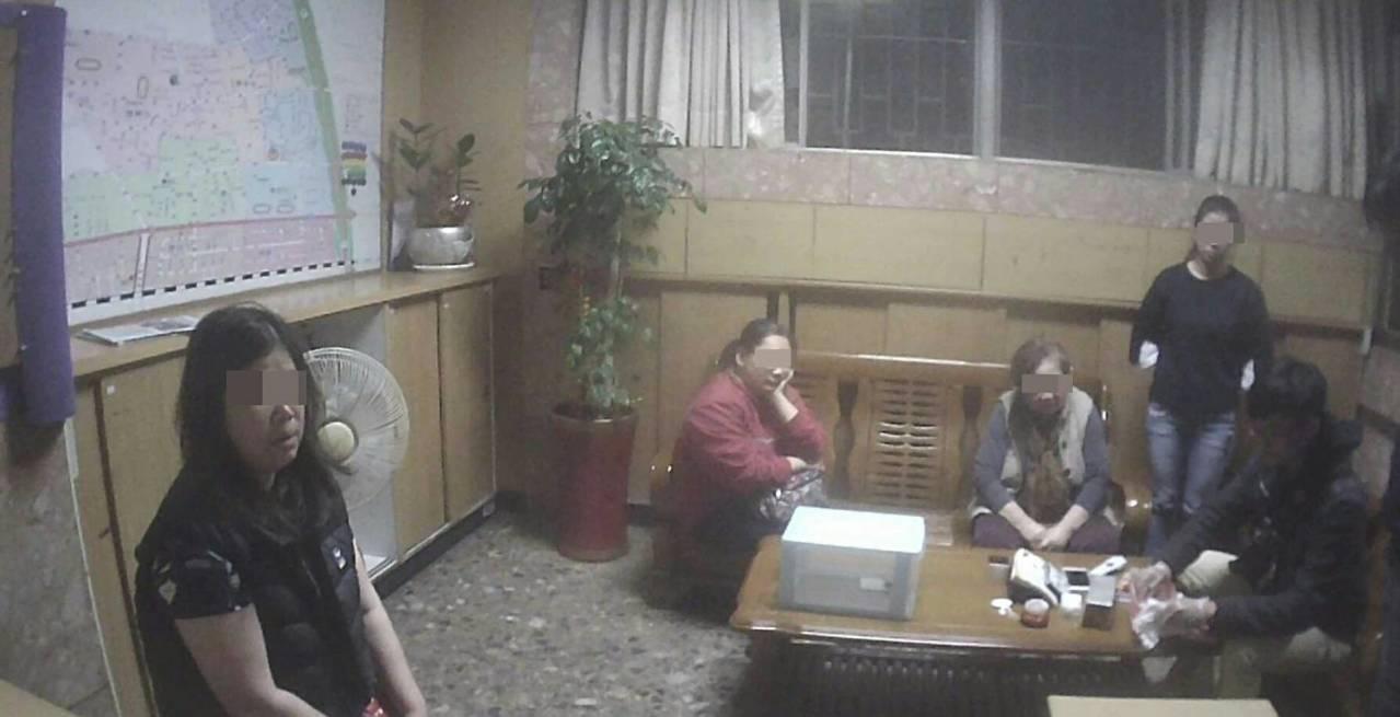 王女(左1)涉嫌吸毒,母親報警法辦。記者黃宣翰/翻攝