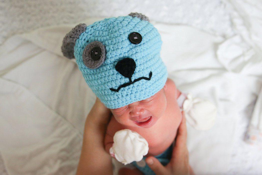 新生兒戴上狗帽很可愛。路透
