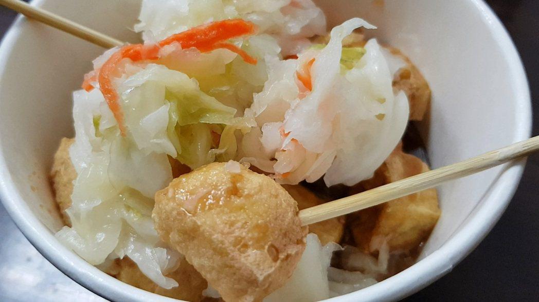 「一口金酥臭豆腐」的臭豆腐大小方便入口。記者翁浩然/攝影