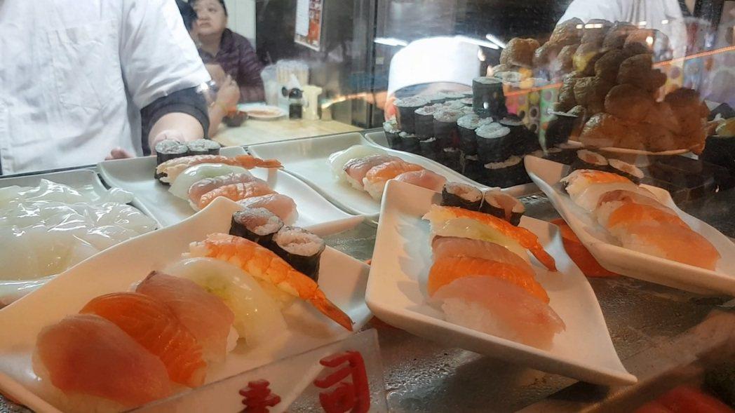 「今日壽司店」有平價生魚片、綜合壽司、手卷及味增湯、烏龍麵等日式料理。記者翁浩然...
