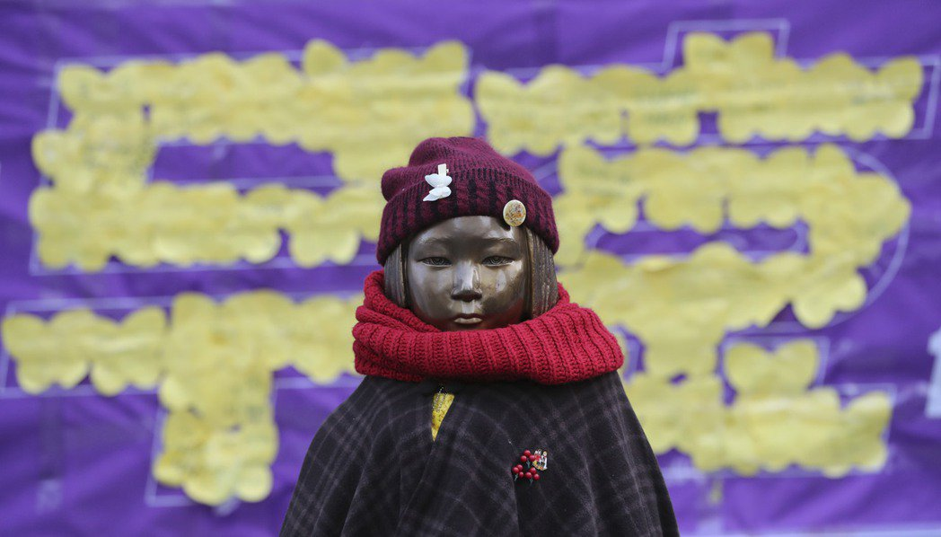 陳列於日本駐南韓大使館前的慰安婦少女雕像。南韓總統文在寅指出,韓日兩國2015年...