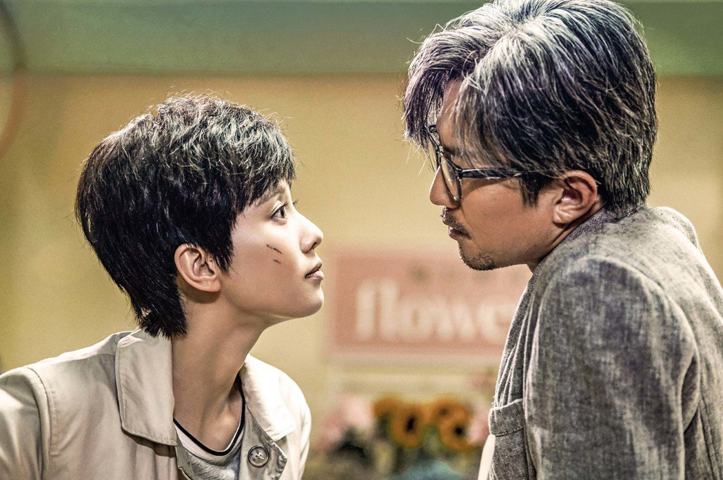 女星劉詩詩在新片「心理罪之城市之光」中扮演俐落女警。右為鄧超。圖/華映提供