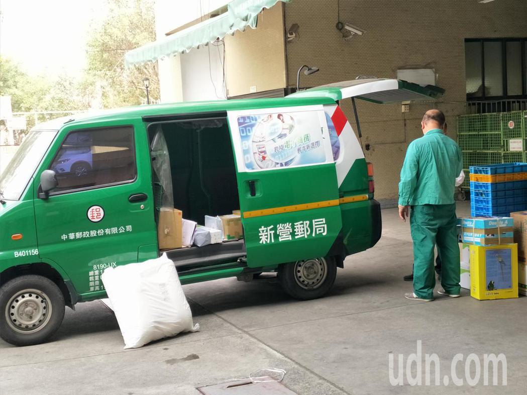 郵務人員如往常忙碌。記者謝進盛/攝影