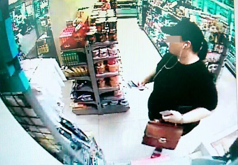 何姓女子出現超商,涉嫌提領贓款的影像,被監視器拍的一清二楚。記者邵心杰/翻攝