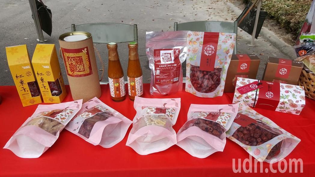 會場擺設各種溫泉飯店美食、農特產及當令水果。記者胡蓬生/攝影