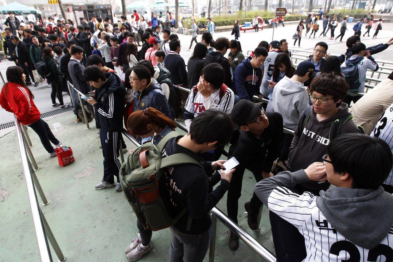 南韓球迷在首爾棒球場外排隊等候購票。美聯社