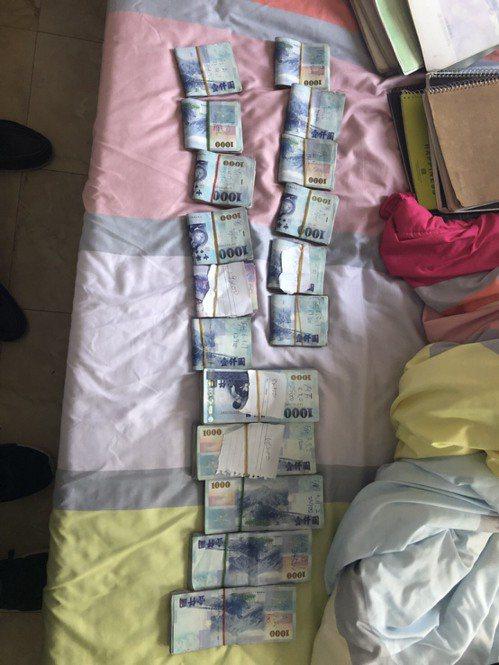 現場查扣47萬贓款。記者蕭雅娟/翻攝