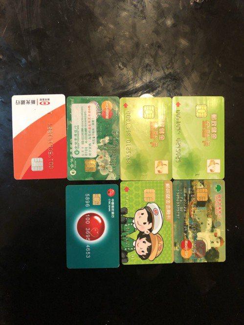 現場查後7張金融卡等證物。記者蕭雅娟/翻攝