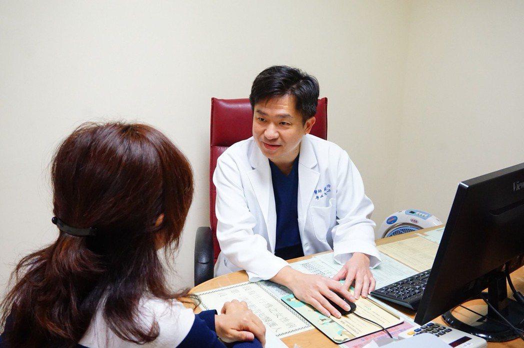 眩暈發作後,三總產科主任蘇河仰面對患者時,更能夠換個角度思考、深刻體會患者焦慮不...