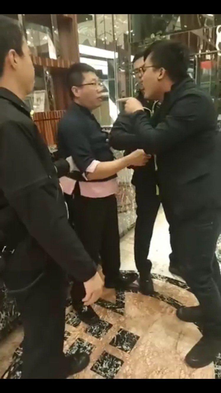 張姓勞團成員(右)抓著飯店人員揚言提告。圖/取自2016工人鬥總統臉書