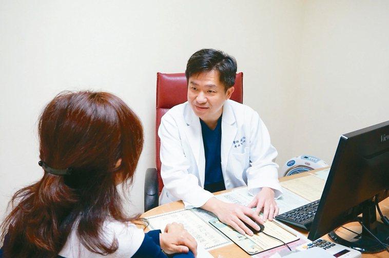 蘇河仰為病患問診。 圖/蘇河仰提供