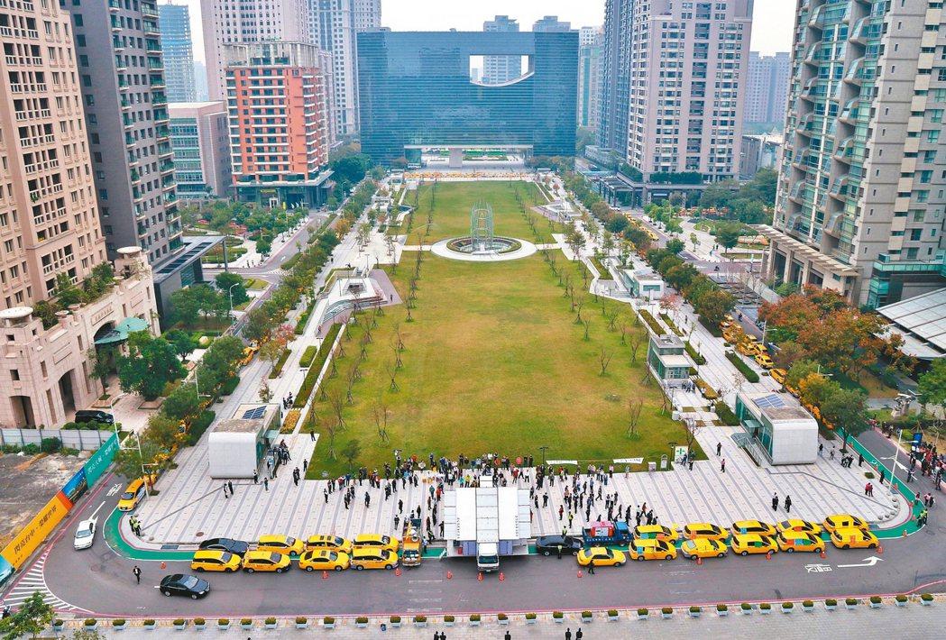 200輛計程車昨包圍台中市府後方的府會園道。 圖/台中市新聞局提供