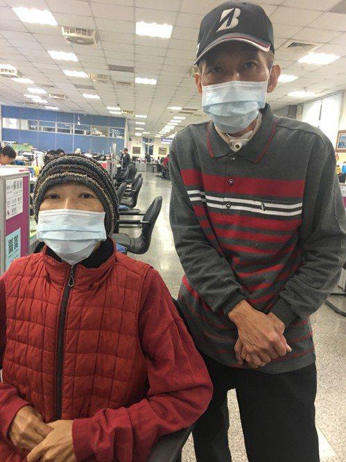 林先生(右)罹患口腔癌後,太太竟也發現是乳癌末期,育有3名未成年女兒,他們在台南...