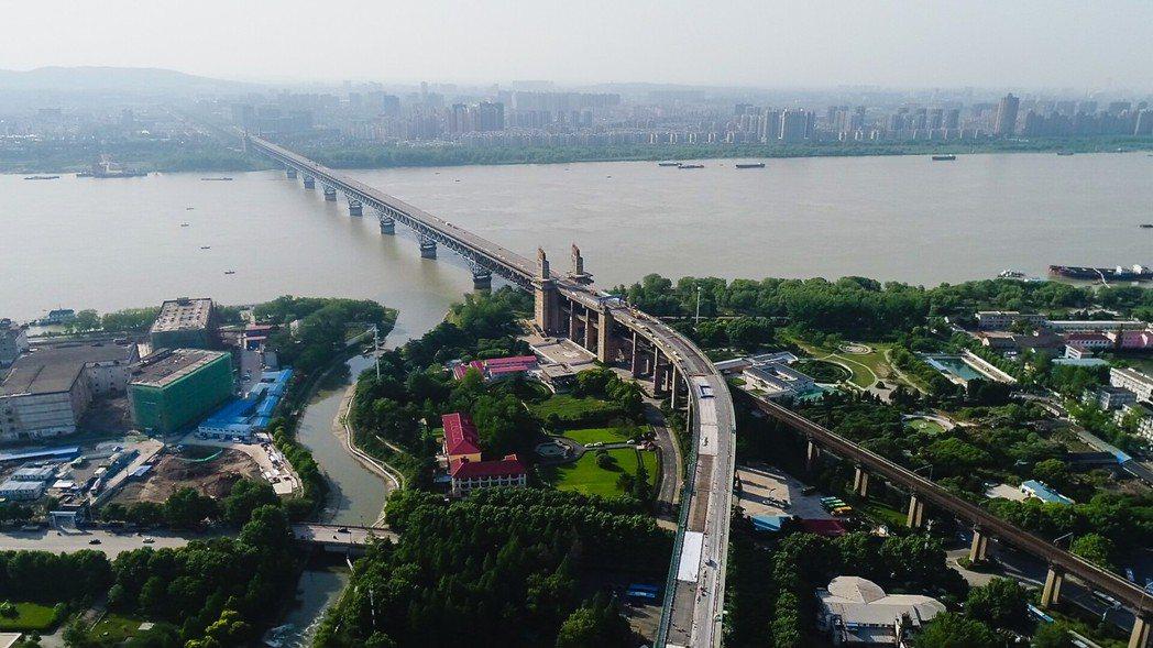 大陸官方已掌握長江經濟帶敏感區內的化工企業,要求明年6月前全面停產並搬離。 新華...