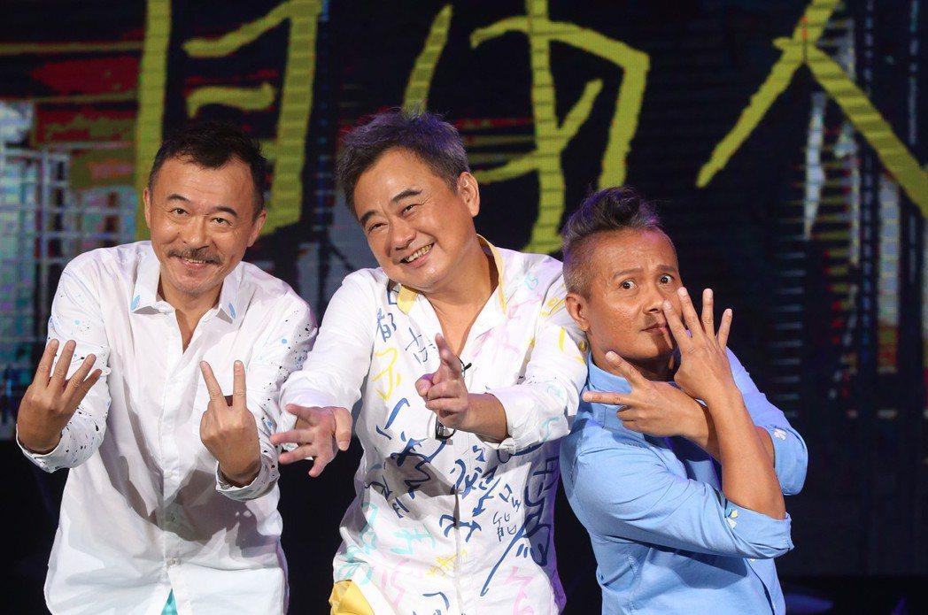陳昇(中)創紀錄連續24年舉辦跨年演唱會「說故事的自由人」彩排,明年滿60歲,他...