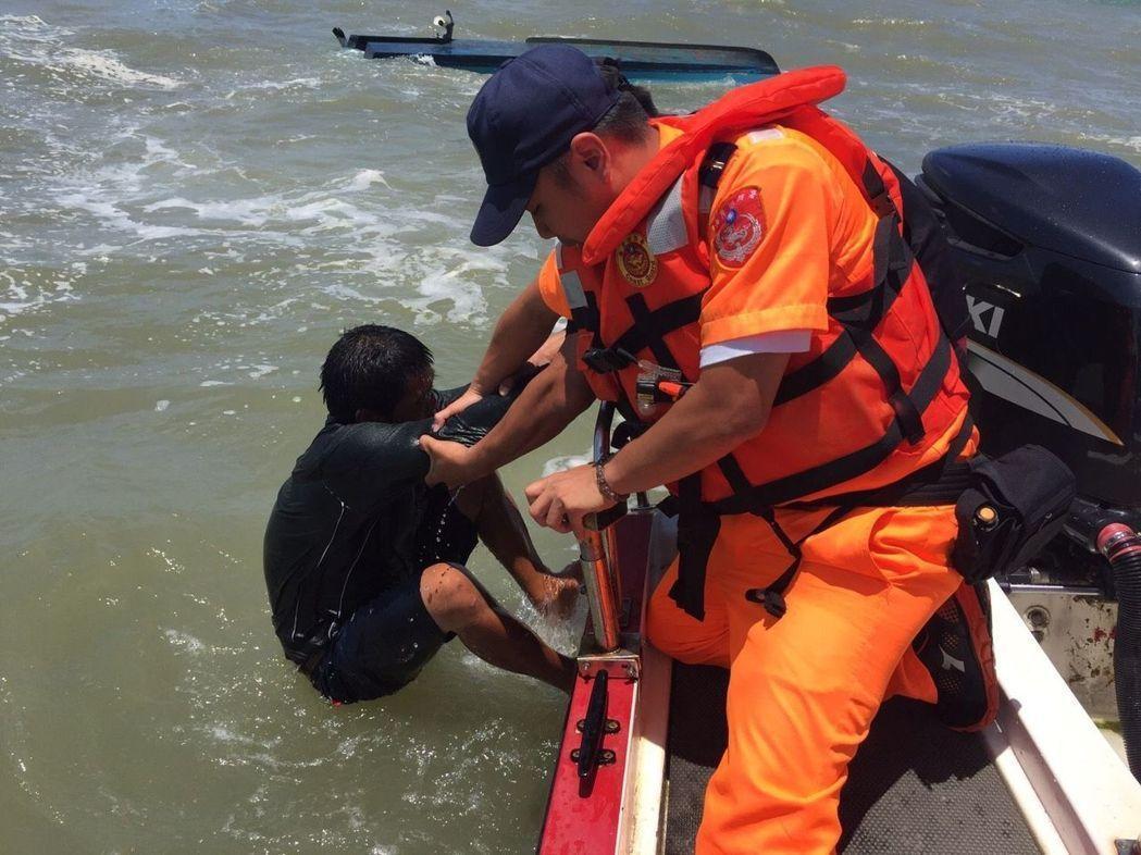 海巡人員常需克服惡劣海象執行海上救援任務。 記者林昭彰/翻攝