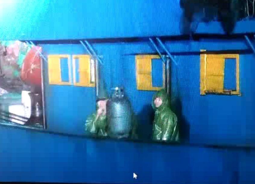 海上攔船檢查曾遇到對方抱瓦斯桶抵抗。 記者林昭彰/翻攝