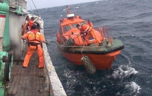風浪大的時候,克服2船之間起伏不定舷差,登船檢查需要純熟技巧。 記者林昭彰/翻...