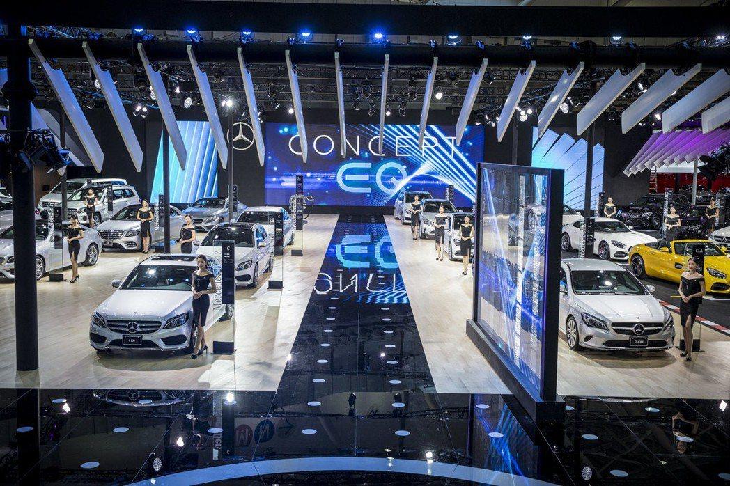 賓士相繼推出北美幾個大型車展。圖為台灣賓士參與2018世界新車大展的展區。 圖/...