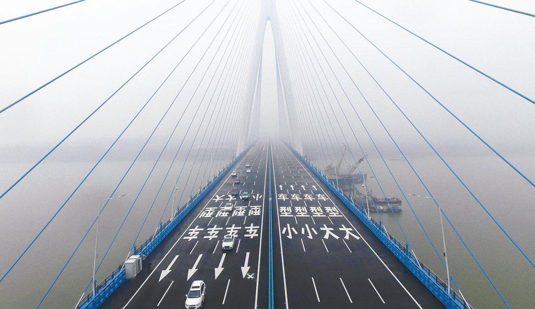 武漢第九座長江大橋沌口長江公路大橋通車,是長江上最寬橋樑;這座橋荷載能力比普通高...