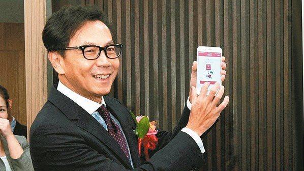 富邦集團董事長蔡明忠在「富邦旺紅包」試行階段於集團內部發出全台灣第一包「富邦旺紅...