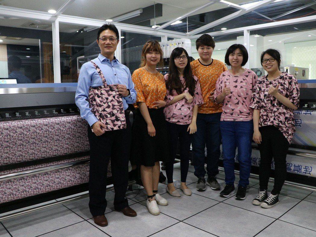 工作人員的服飾及伴手禮購物袋皆由基地設備印製。 洪紹晏/攝影