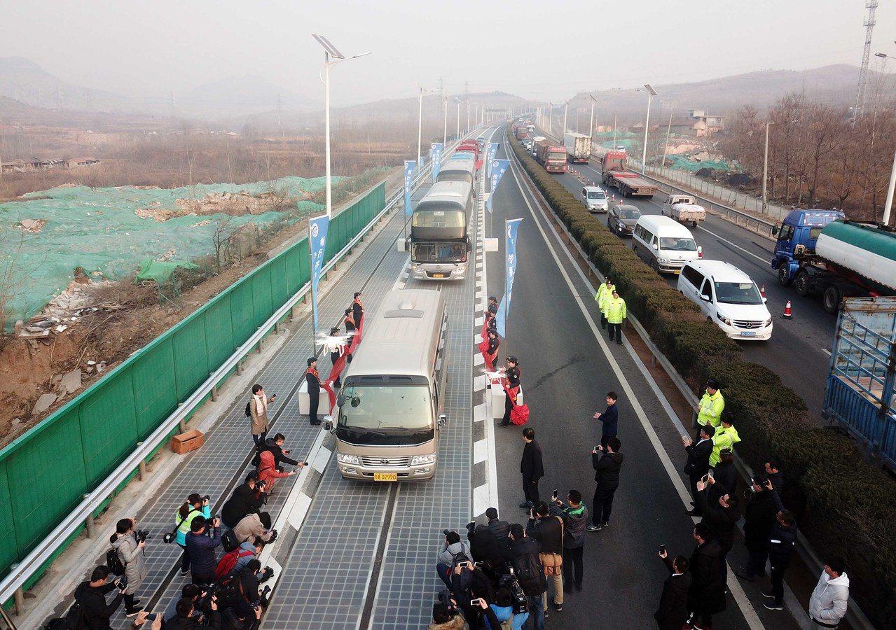 中國首個承載式光伏高速路試驗段通車。 新華社
