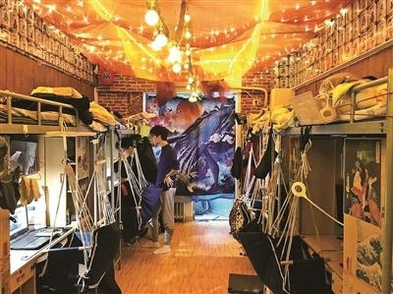 鋪上地毯,綁上吊椅,屋頂布滿紅色紗幔,掛上紙糊的燈籠,串上幾排小吊燈…,中國傳媒...