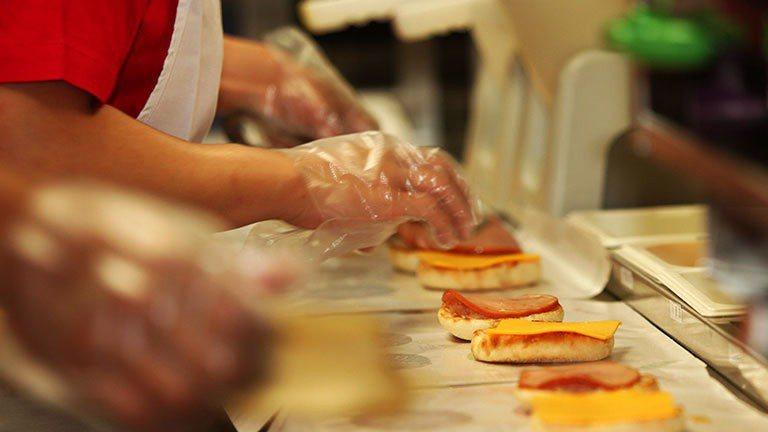 麥當勞製作漢堡過程。報系資料照
