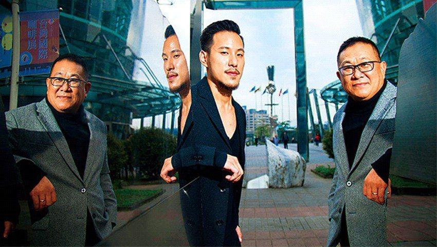 王朱岑(右)拉著王策(左)搬到上海,在公司擔任研究員,咖啡,才慢慢成了聯繫父子倆...