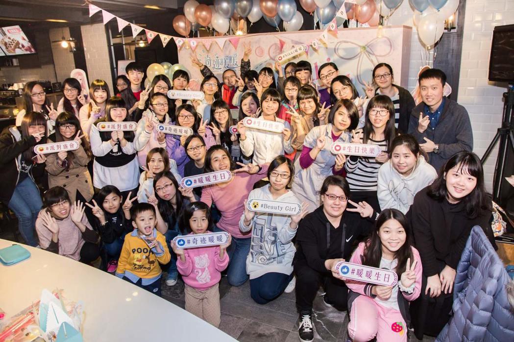 《奇迹暖暖》在台中舉辦生日派對,吸引許多女玩家到場。
