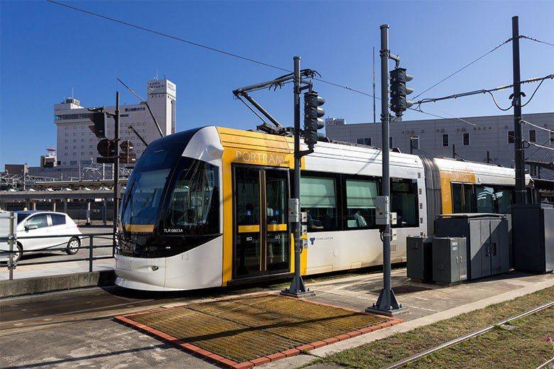富山輕軌於2006年開始營運,使用的路線是原屬JR西日本的一條鐵路,全長7.6公...