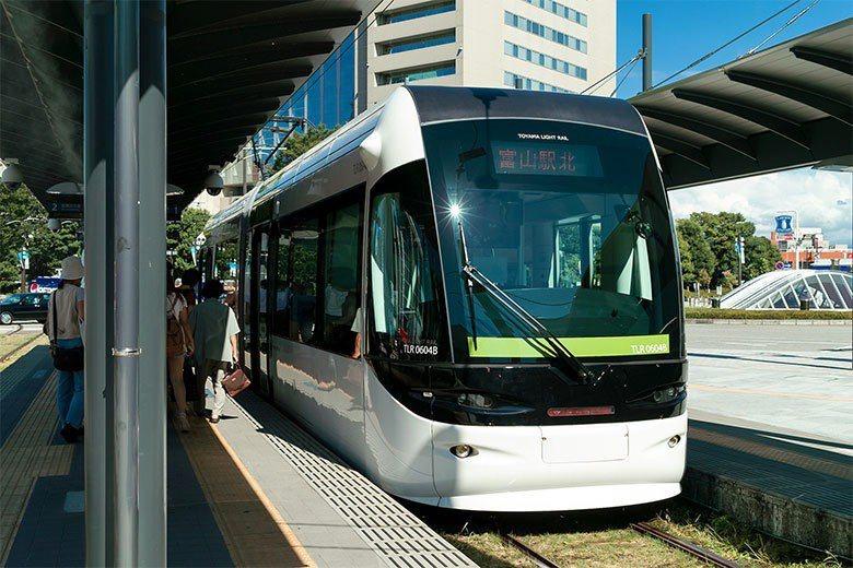 讓市中心變得更吸引人進出,也是提高輕軌載客量的另一種方法。 圖/取自 t-mizo (CC BY 2.0)
