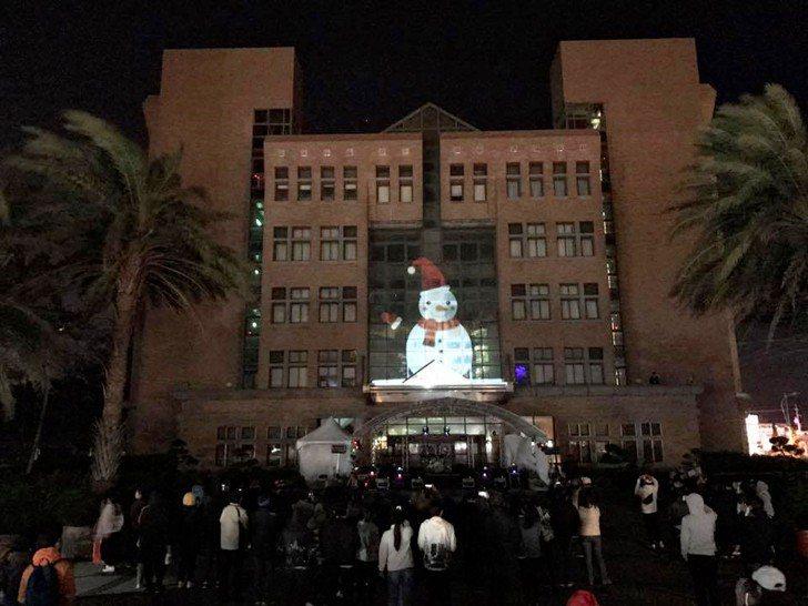 學生運用光雕投影軟體及設備,將影像投影在教學大樓(日新樓)外牆,呈現最好的一面給...