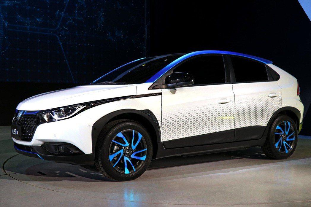 LUXGEN自主研發的U5 EV+電動車於世界新車大展中亮相。 記者陳威任/攝影